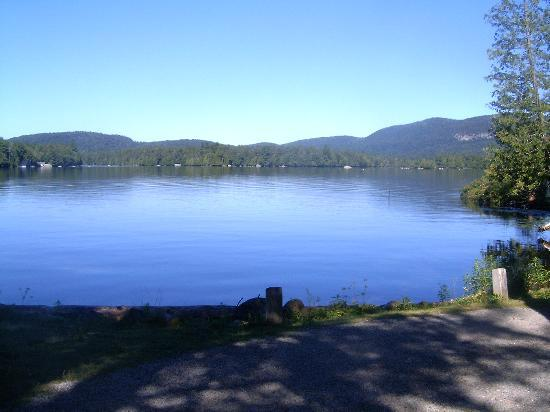 Blue Mountain Lake, État de New York : Blue Mtn Lake from Lodge