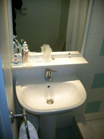 Adagio Access Toulouse Jolimont: Small sink with very little room for toiletries