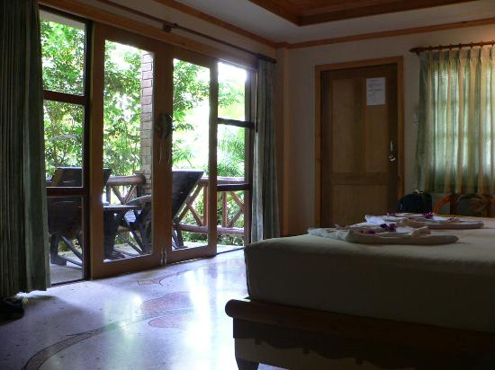 Somkiet Buri Resort: Bedroom with balcony