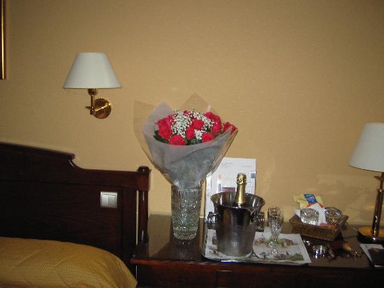 Hôtel Eiffel Kennedy : Flowers and Champagne