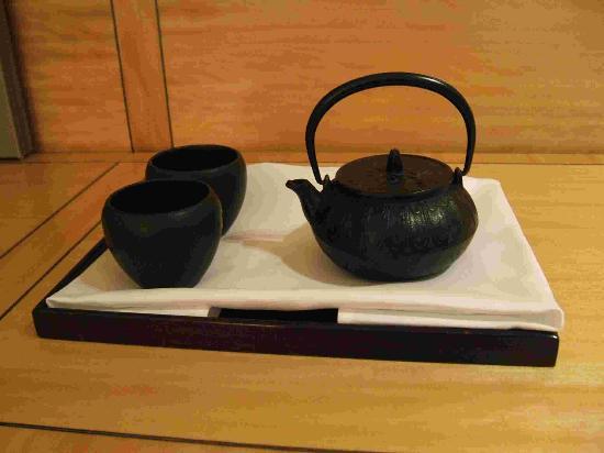 Four Seasons Hotel Hong Kong: A welcoming pot of Chinese Tea!