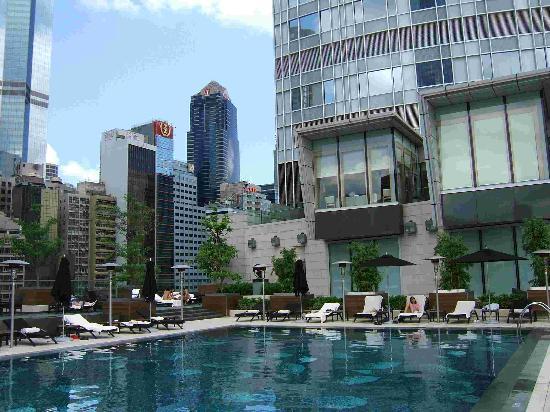 Four Seasons Hotel Hong Kong: The rooftop pool.