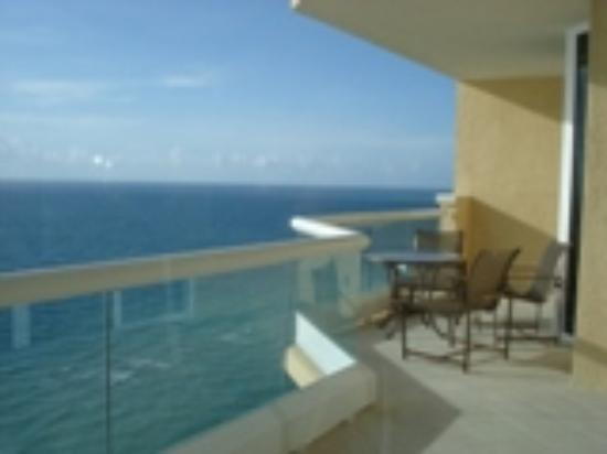 Acqualina Resort & Spa on the Beach: Ocean view and balcony