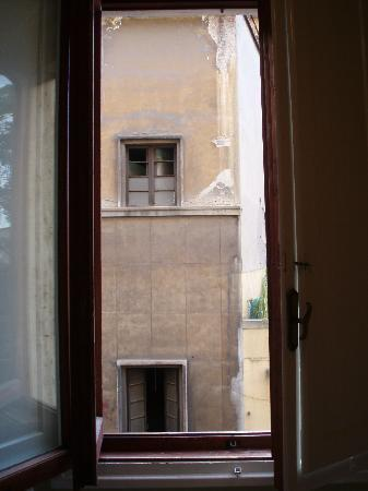 Hotel Ascot Florence: The view from the bedroom window, an unused building