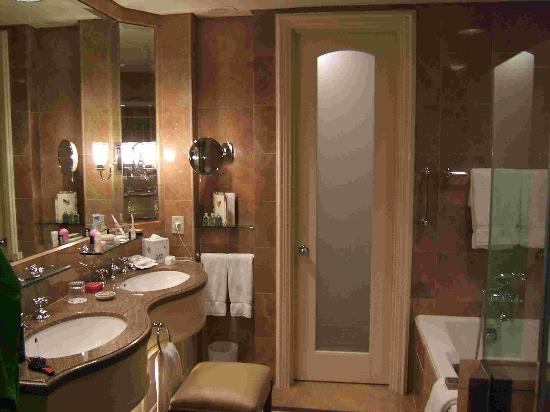 ‪‪Four Seasons Hotel Singapore‬: Bathroom.‬