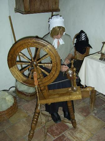 Omagh, UK: Commentator spinning wool