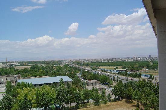 Mashhad, อิหร่าน: View of main road past hotel