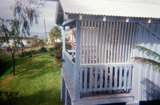 Hyams Beach Seaside Cottages: balcony of next door