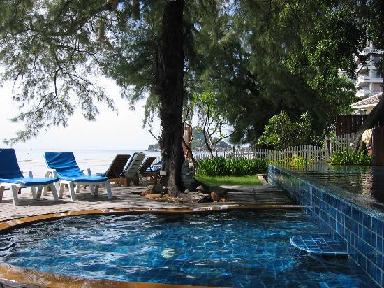 Baan Talay Dao Resort: shallow part of the pool with view of beach