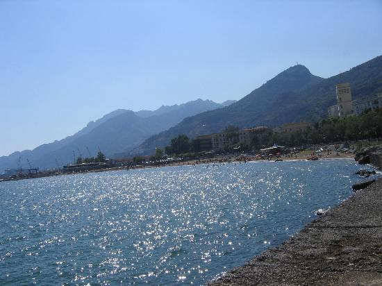 Salerne, Italie : Santa Teresa Beach near Molo Manfredi is a free beach popular among those in the downtown area