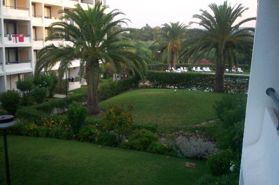 Parque Mourabel Apartments : pe do lago view from apartment to the pool area