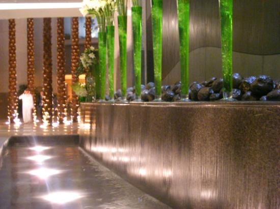 Four Seasons Hotel Riyadh at Kingdom Centre: Impressive water feature in foyer