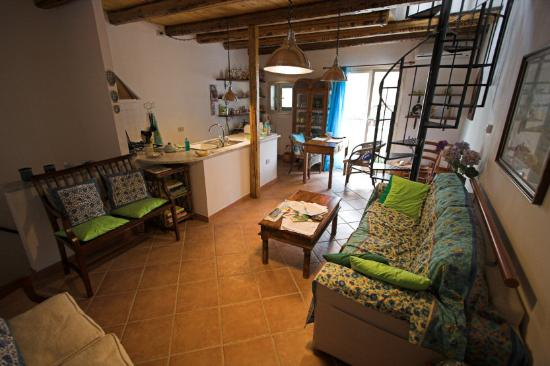 Chez Jasmine: Upper Floor-Kitchen/Dining/Couchbed/stairs to terrace