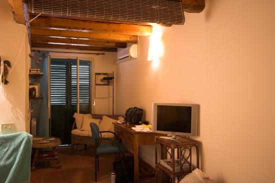 Chez Jasmine: Main Bedroom looking toward window