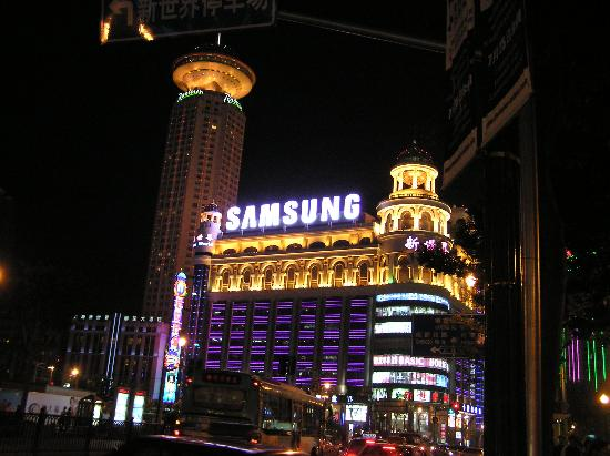 Radisson Blu Hotel Shanghai New World: Hotel and New World Mall at Night