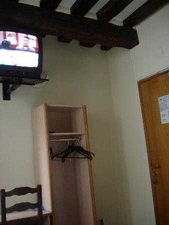 Hotel du Cantal : The room with TV and wardrobe