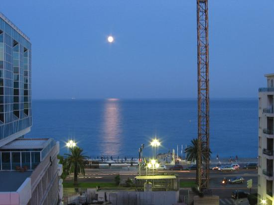 Ibis Budget Nice Californie Lenval: Sea view from the room, with full moon