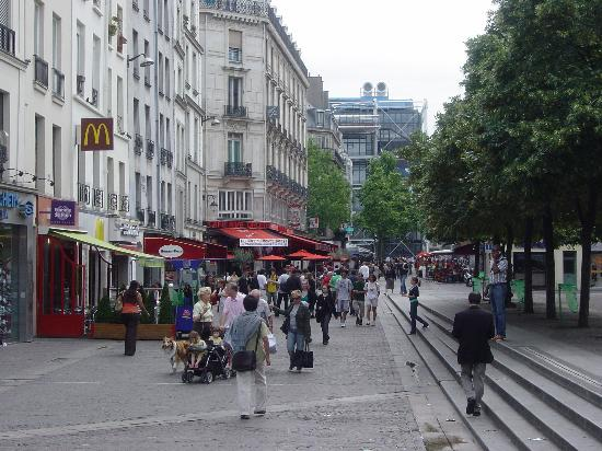 Novotel Paris Les Halles: Les Halles on Sunday noon (Beaubourg visible in the background)