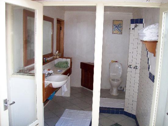 Toberua Island Resort: Exposed Bure Bathrooms