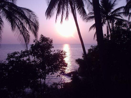 Narima Bungalow Resort: Sunset from front row bungalow