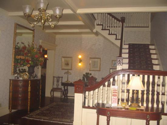 Berry Manor Inn: the front stairway