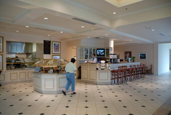Hilton Garden Inn Grand Forks-UND: Bar and Breakfast Buffett Area