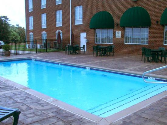 Holiday Inn Express Hotel & Suites Warrenton: Pool