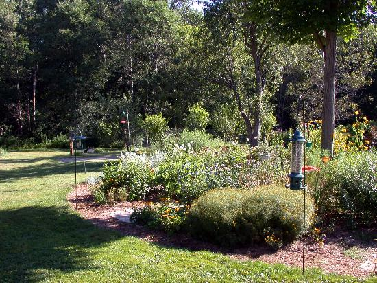 Heritage Hill Bed & Breakfast: Gardens behind the B & B