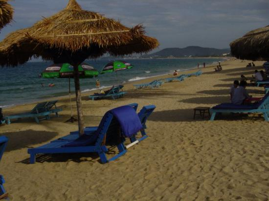 Nha Trang Lodge: The beach across the road