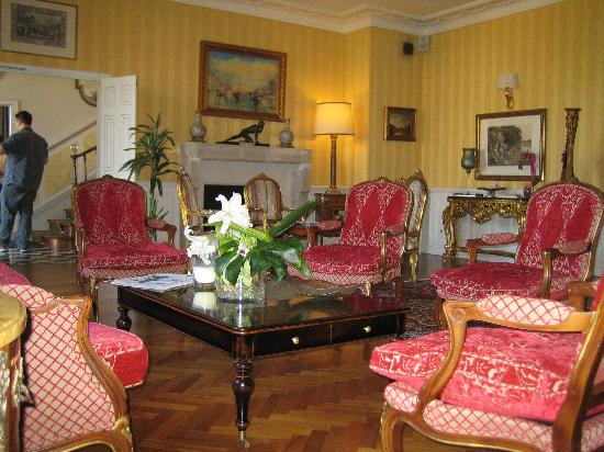 Hotel Le Manoir les Minimes : The front sitting room is furnished with traditional period pieces.