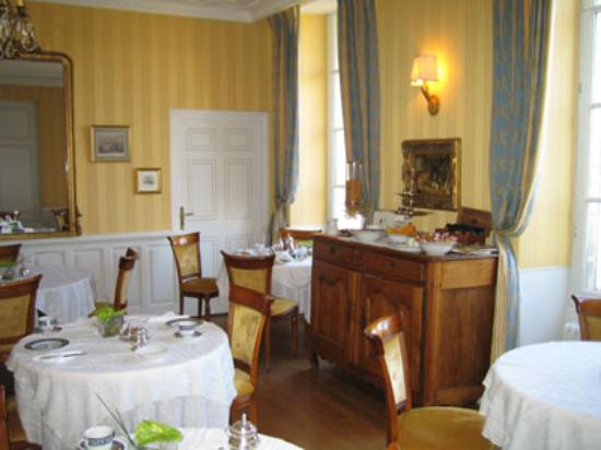 Hotel Le Manoir les Minimes : The breakfast room provides an elgant French country ambience.