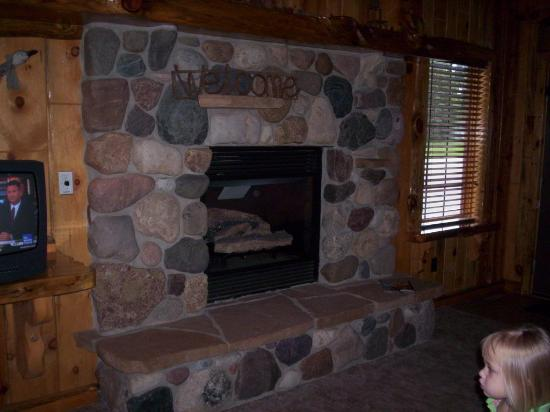 Rivers Edge Resort and Motel: Fireplace