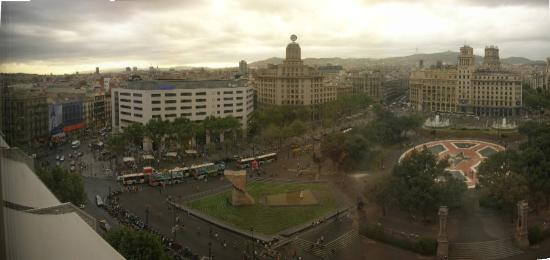 Olivia Plaza Hotel: Plaça Catalunya when we arrived (it had just been raining!)