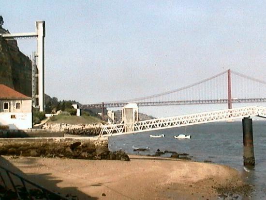 Celia Gomes Fagundes: promenade le long du quai, après le ferry