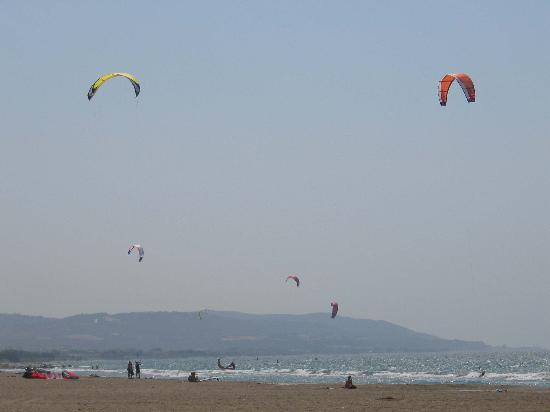 ‪‪Aquarium View Hotel‬: Kite surfers near Soroni‬
