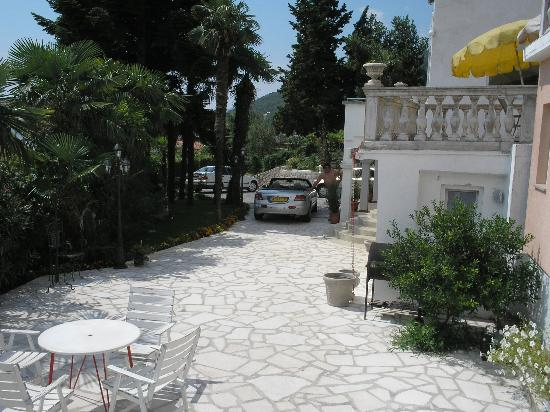 Villa Palme: The challenging entrance