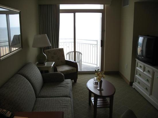 Residence inn by marriott virginia beach oceanfront salon avec sofa lit balcon
