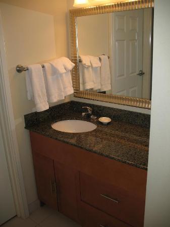 Residence Inn by Marriott Virginia Beach Oceanfront : Lavabo (à l'extérieur de la salle de bain)