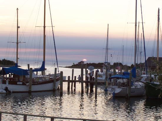 Captain's Landing Waterfront Inn: A sunset from Captain's Cottage deck