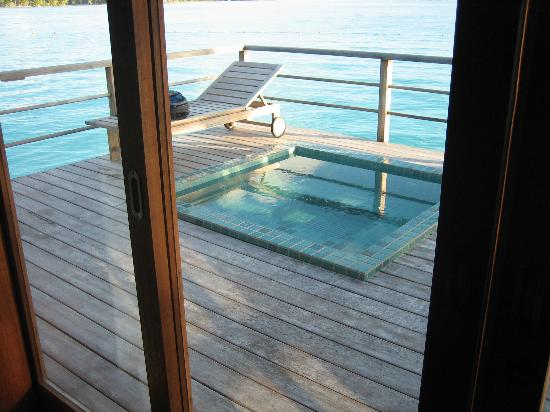 ‪منتجع The St. Regis Bora Bora Resort: Jacuzzi view from living room‬