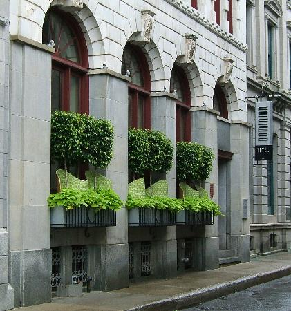 Hotel Le Germain Quebec : Hotel facade: lively lime green foliage and mosaic waves