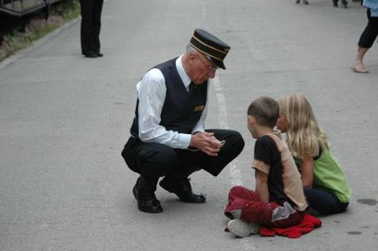 Kamloops, Canada: Train Man with Children