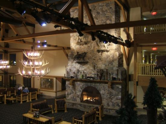 Great Wolf Lodge: The lobby -- everything is huge!