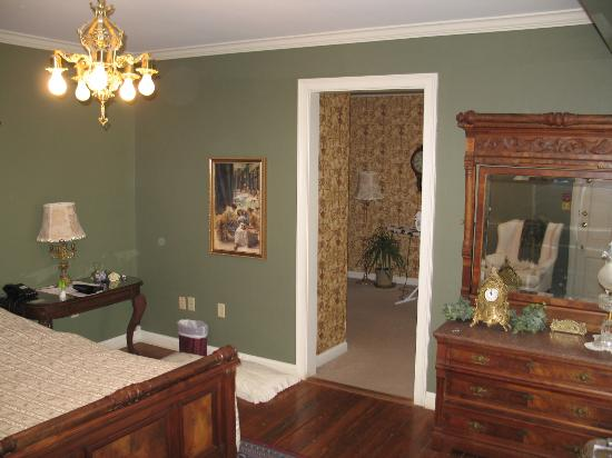 Montgomery Inn BnB: Panning right in bedroom, sitting room visible