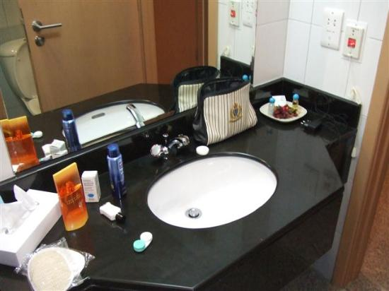 Arabian Park Hotel: Bathroom- The loaf sponge is from the Grand Hyatt!