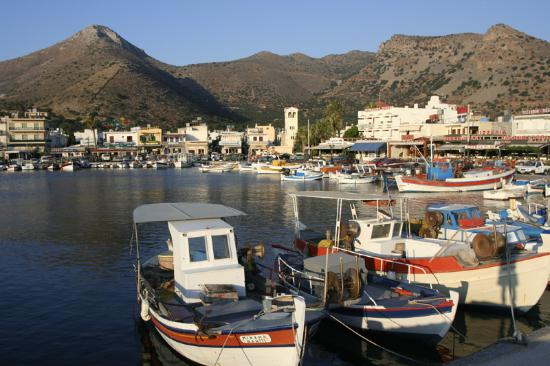 Manos Apartments: Elounda harbour just after sunrise.