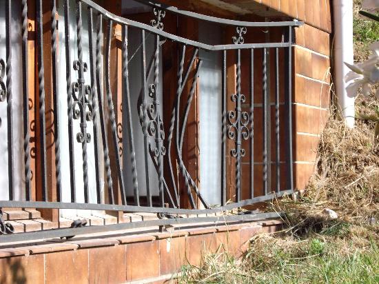 Complejo Ametzagana : Las rejas destrozadas