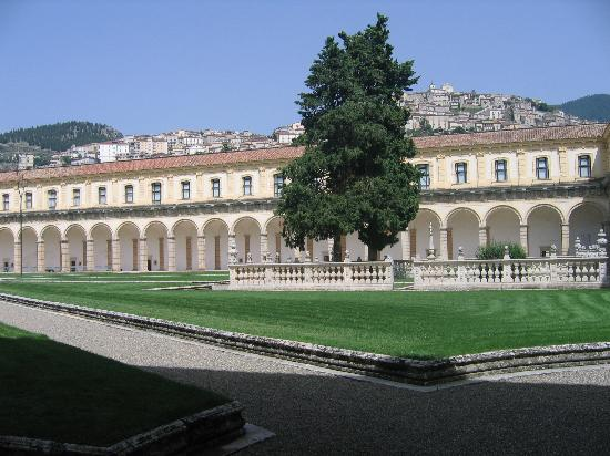 Campania, Italia: Part of the central courtyard within the Certosa di San Lorenzo in Padula