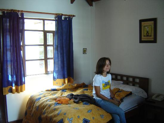Hotel Sierra Madre: Bed and window