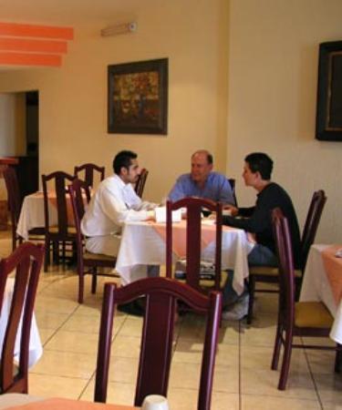 comiendo en el restaurante hotel principado tijuana